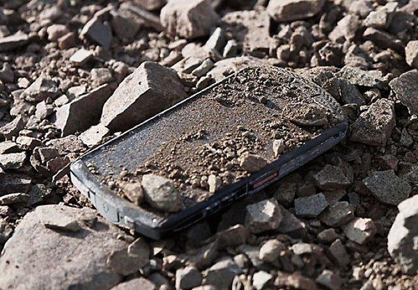在 iPhone 6 使用藍寶石螢幕之前,日本手機生產商京瓷已推出了藍寶石玻璃手機。