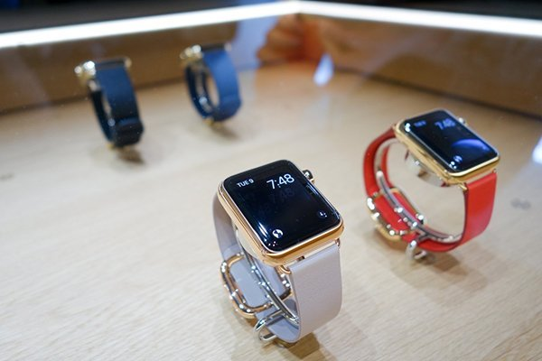 swiss-is-crying-because-their-watch-industry-is-in-trouble-jony-ive_00