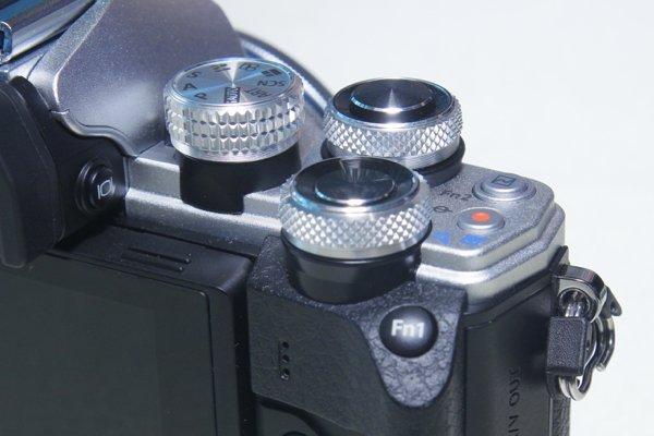 ▲機頂轉盤加厚,改變拍攝設定比以往更易觸碰到。