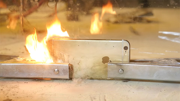 electrocuting-an-iphone-with-6000-amps_03